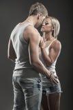 Jeunes couples passionnés dans l'amour sur l'obscurité Photographie stock