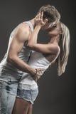 Jeunes couples passionnés dans l'amour sur l'obscurité Photos stock