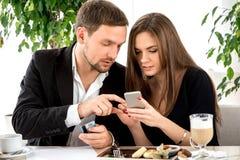Jeunes couples payant l'ordre de ther au photographie stock