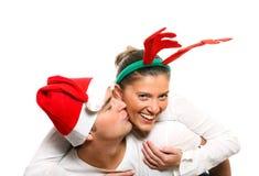 Jeunes couples pendant le Noël Images stock