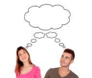 Jeunes couples pensant l'idée à peu près identique photographie stock