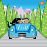 Jeunes couples pilotant en montagnes Images stock