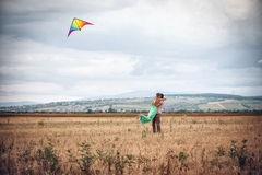 Jeunes couples pilotant un cerf-volant photographie stock libre de droits