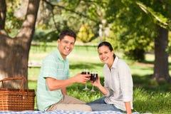 Jeunes couples pique-niquant en stationnement Images stock