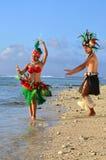 Jeunes couples polynésiens de danseurs de Tahitian de l'île du Pacifique Photos stock