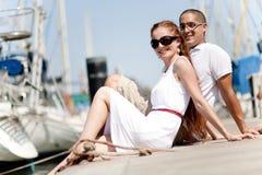 Jeunes couples posés et étreignants sur une passerelle Image libre de droits