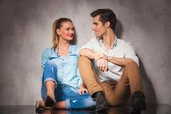 Jeunes couples posés occasionnels se riant Photos stock