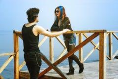 Jeunes couples posant dans des équipements élégants photo libre de droits