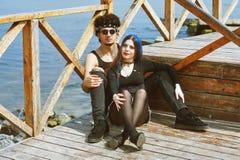 Jeunes couples posant dans des équipements élégants photographie stock