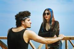 Jeunes couples posant dans des équipements élégants photos stock