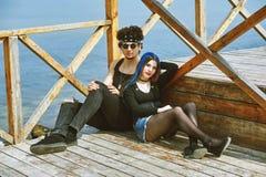 Jeunes couples posant dans des équipements élégants images libres de droits
