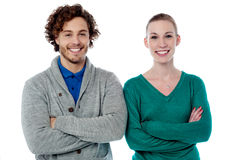 Jeunes couples posant dans l'usage à la mode Photographie stock libre de droits