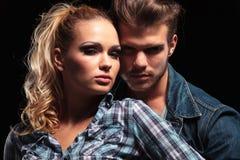 Jeunes couples posant et regardant l'appareil-photo Images stock