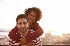 Jeunes couples posant pour la photo d'amusement Photographie stock