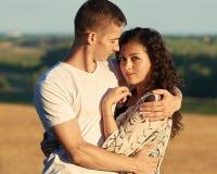 Jeunes couples posant sur le pays extérieur dans le concept de soirée, romantique et de tendresse, saison d'été Photographie stock