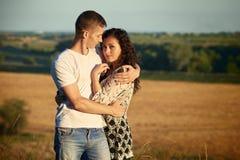 Jeunes couples posant sur le pays extérieur dans le concept de soirée, romantique et de tendresse, saison d'été Images stock