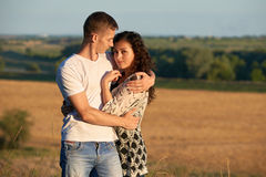 Jeunes couples posant sur le pays extérieur dans le concept de soirée, romantique et de tendresse, saison d'été Photos stock