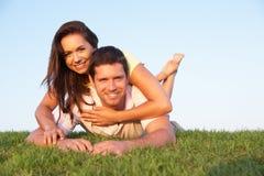 Jeunes couples posant sur une zone Photographie stock libre de droits