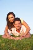 Jeunes couples posant sur une zone Photo stock