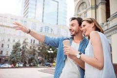 Jeunes couples positifs ayant une promenade Photo libre de droits