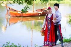Jeunes couples près de la rivière Image libre de droits