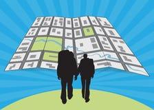 Jeunes, couples prévoyant l'itinéraire et regardant la carte Photographie stock