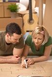 Jeunes couples prévoyant leur maison neuve Image libre de droits