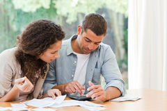 Jeunes couples prévoyant leurs factures domestiques Photo stock