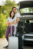 Jeunes couples prêts pour le voyage par la route Photo libre de droits