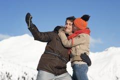 Jeunes couples prenant des photos Image libre de droits