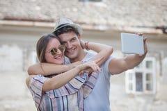 Jeunes couples prenant l'autoportrait sur la rue Photos libres de droits