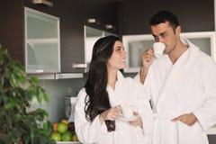 Jeunes couples prenant la cuvette de matin de café fraîche Photos stock