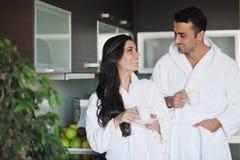 Jeunes couples prenant la cuvette de matin de café fraîche Photographie stock libre de droits