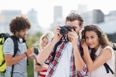 Jeunes couples prenant la photo Photo libre de droits