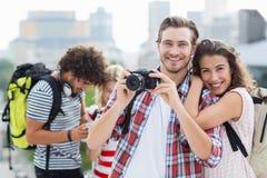 Jeunes couples prenant la photo Photographie stock libre de droits