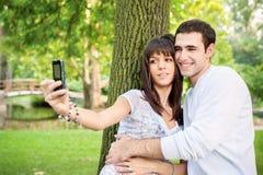 Jeunes couples prenant la photo de lui-même Photographie stock