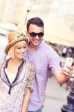 Jeunes couples prenant la photo de lui-même tout en visitante le pays Photos libres de droits