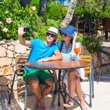 Jeunes couples prenant la photo de lui-même dans extérieur Image libre de droits