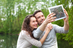 Jeunes couples prenant la photo de selfie au parc Photo stock