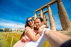 Jeunes couples prenant la photo de selfie avec le temple de Zeus sur le fond dans l'Acropole Photos stock
