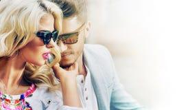 Jeunes couples prenant le bain de soleil Images stock