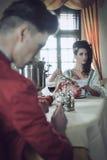 Jeunes couples prenant le petit déjeuner étrange Photographie stock libre de droits