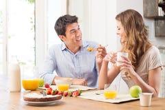 Jeunes couples prenant le petit déjeuner Photos libres de droits