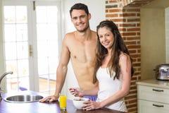 Jeunes couples prenant le petit déjeuner dans la cuisine Image libre de droits