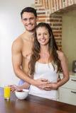 Jeunes couples prenant le petit déjeuner dans la cuisine Photo stock
