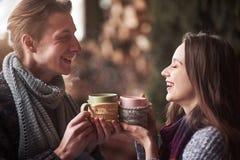 Jeunes couples prenant le petit déjeuner dans une carlingue romantique dehors en hiver Vacances et vacances d'hiver Couples de No Photos stock