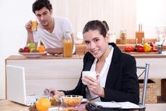 Jeunes couples prenant le petit déjeuner Photo stock