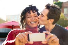 Jeunes couples prenant le selfie Image stock