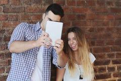 Jeunes couples prenant le selfie Photos libres de droits