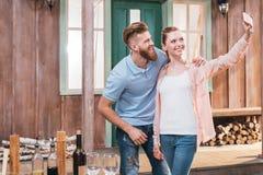 Jeunes couples prenant le selfie avec le smartphone dehors Photos libres de droits